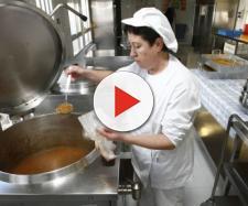 Recogen firmas para prohibir la elaboración de comidas escolares en Cataluña
