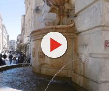 Si denunda e lava la biancheria intima nella fontana Ferdinandea di Matera.