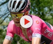 Simon Yates in maglia rosa al Giro d'Italia.