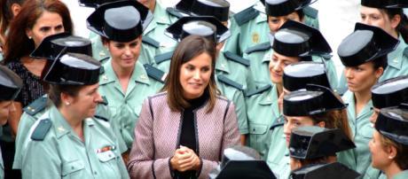 La Reina Letizia departe con las guardias civiles invitadas a la celebración