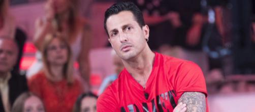 Gossip: Fabrizio Corona contro Fedez durante la messa in onda de 'L'intervista'.