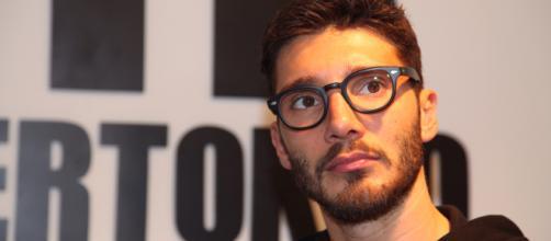 Stefano De Martino cambia look e dichiara di essere ingestibile con le donne.