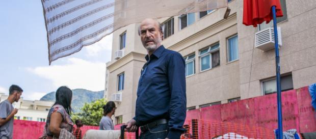 Sem ter onde morar, Severo se junta aos mendigos que tanto criticou e fez mal. (Reprodução/TV Globo)