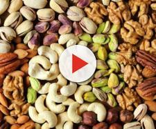 Il magnesio è indispensabile per il bilancio metabolico della Vitamina D, tra le fonti alimentari frutta secca e non solo.