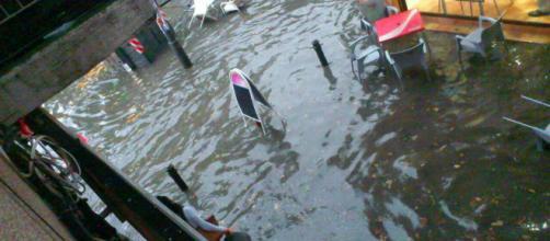 Las calles de Granada lucen esta tarde inundadas