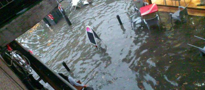 Una fuerte lluvia provoca inundaciones en Granada