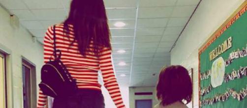 Belen Rodriguez in minigonna per accompagnare il figlio Santiago a scuola