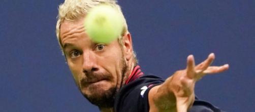 Nuit de samedi à ce dimanche, Richard Gasquet concentré à la réception d'une balle contre Novak Djokovic. Reuters/Robert Deutsch