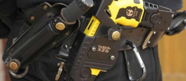 Taser, la pistola che dà la scossa dal 5 settembre sarà usata in via sperimentale dalle forze dell'ordine in 12 città italiane.