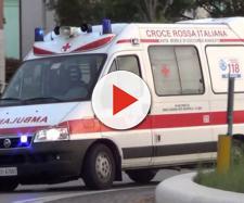 Un'ambulanza si è fermata lungo la costa per consentire a un anziano paziente di ammirare, forse per l'ultima volta, il mare.