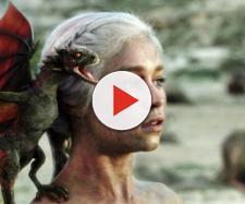 Daenerys con uno de sus dragones recién nacidos.