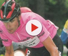 Gianni Bugno in maglia rosa al Giro 1990.