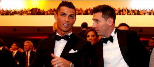 Cristiano Ronaldo e Messi [Imagem via YouTube]