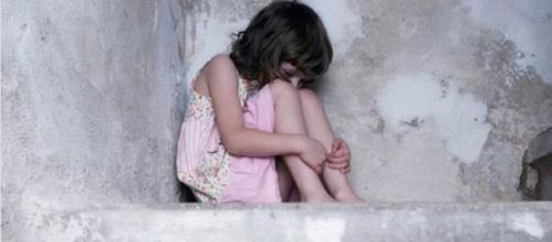 India, abusi con un tubo di metallo su bambina: è in gravi condizioni
