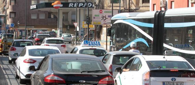 Reportan problemas de movilidad por atascos vehiculares en Granada