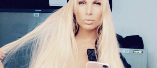 La belle blonde a posté hier soir, sur son compte Snapchat une vidéo d'elle où l'on a pu observer son ventre plutôt arrondi.