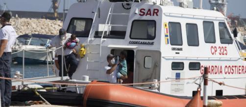 """Migranti, autorizzato sbarco a Pozzallo   Salvini: """"Smistamento è ... - mediaset.it"""