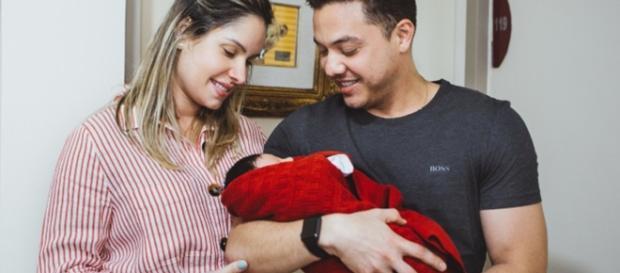Thyane Dantas e Wesley Safadão com o filho Dom.