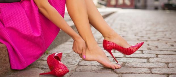 Wenn jemand zu oft und für zu lange Zeit Absatzschuhe trägt, kann die unnatürliche Bewegung zu orthopädischen Problemen führen