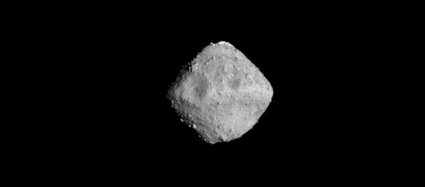 O asteróide Ryugu [Imagem via Wikipedia/WP:NFCC#4]
