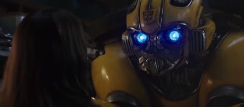 Charlie Watson helps Bumblebee in his mission on Earth during the spin-off film [Image Credit: Emergency Awesome/YouTube screencap]