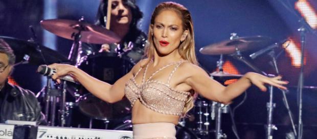 Jennifer Lopez suffers a nasty fall on stage (Image via ew.com/Twitter)