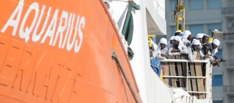 Aquarius, Italia nega approdo: sbarcheranno a Malta i 58 migranti a bordo