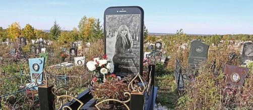A grieving father erected a 5ft iPhone tombstone for his late daughter in Ufa, Russia. [Image @MailOnline/Twitter]