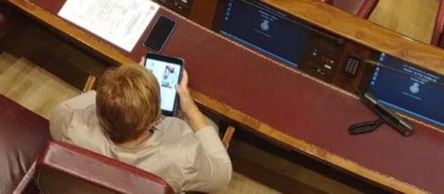 Celia Villalobos, consultando su tablet este miércoles en el Congreso. / La Sexta