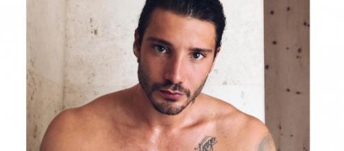 Gossip: Stefano De Martino avrebbe lasciato Amici per fare un docufilm sulla sua vita.