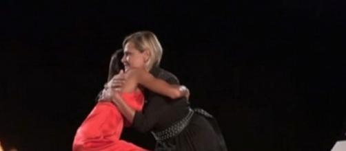 Simona Ventura abbraccia Nicoletta Larini e fa il pieno di consensi social