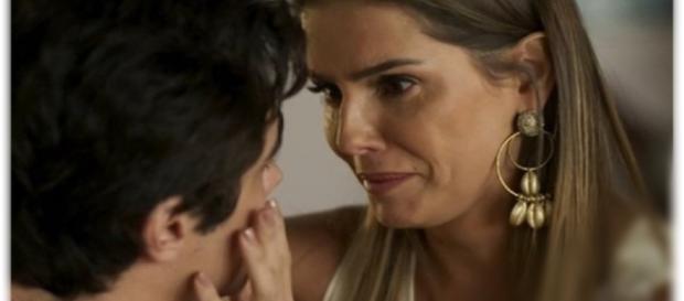 Karola se emociona com declaração de Valentim. (foto reprodução).