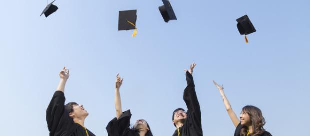 Ragazzi laureati lanciano cappello - google img.