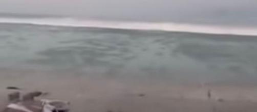 Tsunami a Sulawesi, onda di 2 metri si abbatte sulla spiaggia
