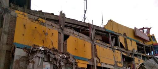 Edificio crollato a seguito del potente sisma di magnitudo 7.5 in Sulawesi, Indonesia
