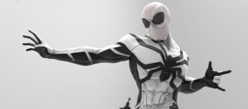 Homem-Aranha com o uniforme da Fundação Futuro.