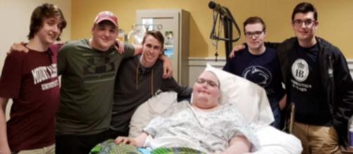 Six gamers meet in person after one of their friends became terminally ill. [Image @ladbible/Twitter]