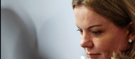 Gleisi Hoffmann é impedida de visitar Lula na carceragem da PF.