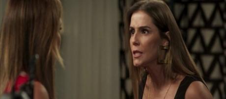 Karola tenta matar Laureta. (Foto: Divulgação TV Globo)