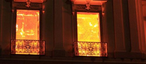 Cientista arromba porta de Museu Nacional em chamas para recuperar peças