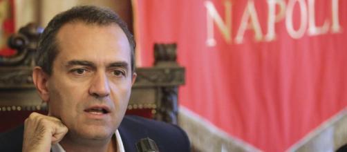 Il sindaco di Napoli Luigi de Magistris annuncia tre delibere per l'autonomia di Napoli che avrà anche una sua moneta affiancata all'euro.