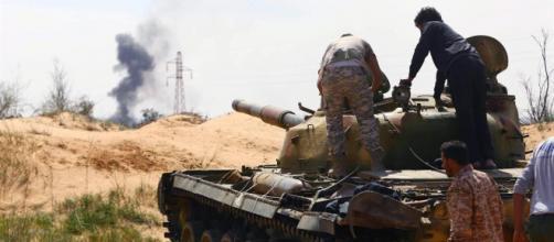 Miliziani della 7/a Brigata all'assalto di Tripoli, la capitale libica rischia l'assedio