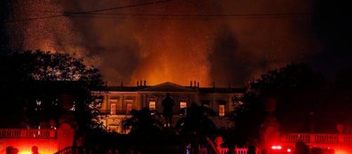 As chamas tomaram o prédio da antiga família Imperial. (Imagem: Reprodução)