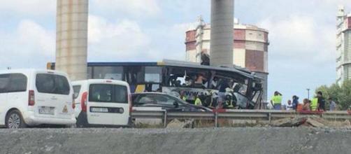 Un autobús de Alsa se empotró contra un pilón de obras en Avilés