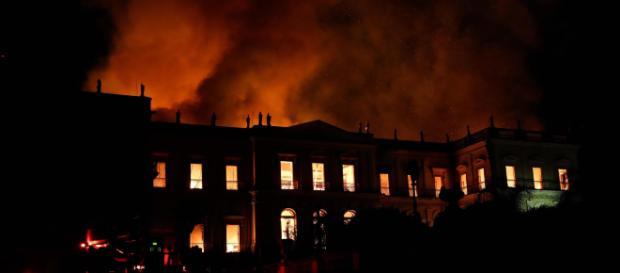 Brasile, incendio devasta il museo nazionale di Rio de Janiero (in foto l'edificio che ospita il museo in fiamme)