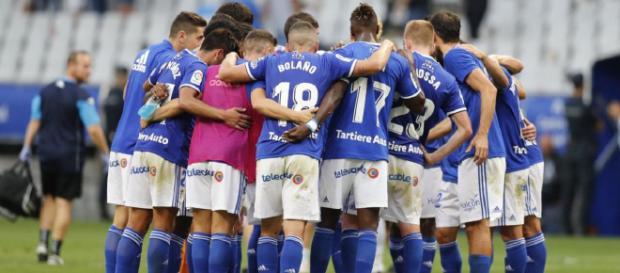 Los jugadores del Real Oviedo se unen en un círculo al final del encuentro. Fotografía: Real Oviedo