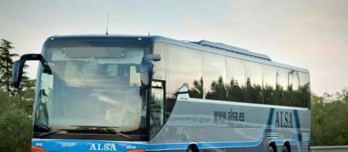 Un autobús de la compañía Alsa colisionó contra un viaducto en Avilés