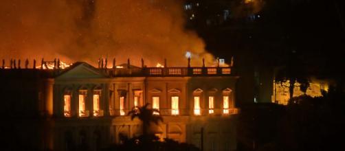 O fogo começou às 19:30 de domingo e continuou na segunda-feira