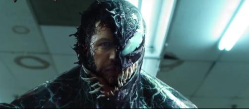 Tom Hardy stars in the movie 'Venom' as reporter Eddie Brock who is overtaken by an alien Symbiote. [Image via Comicbook.com/YouTube]