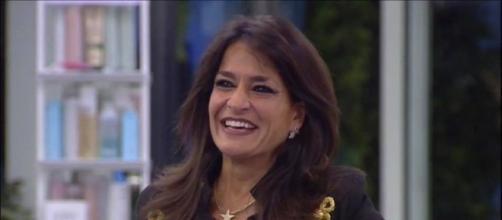 Aida Nizar si spoglia a 'Pomeriggio 5': 'Qualche problema? Tutte abbiamo il seno'